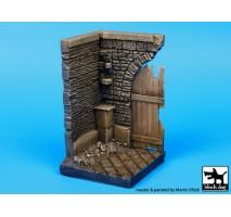 Black Dog - Baza figurina – colt cu poarta din lemn 1:35