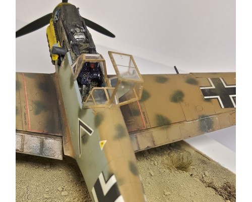"Diorama German Messerschmitt Bf 109 E7 ""Tropical"" (with base)"