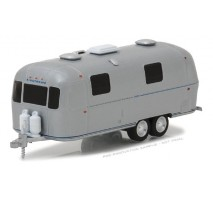 GreenLight 34040-B - 1971 Airstream Double-Axle Land Yacht Safari Solid Pack - Hitched Homes Series 4