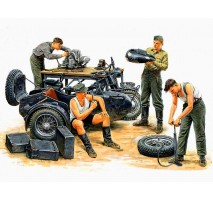 Masterbox 3560 - 1:35 German Motorcycle Repair Crew - 4 figures